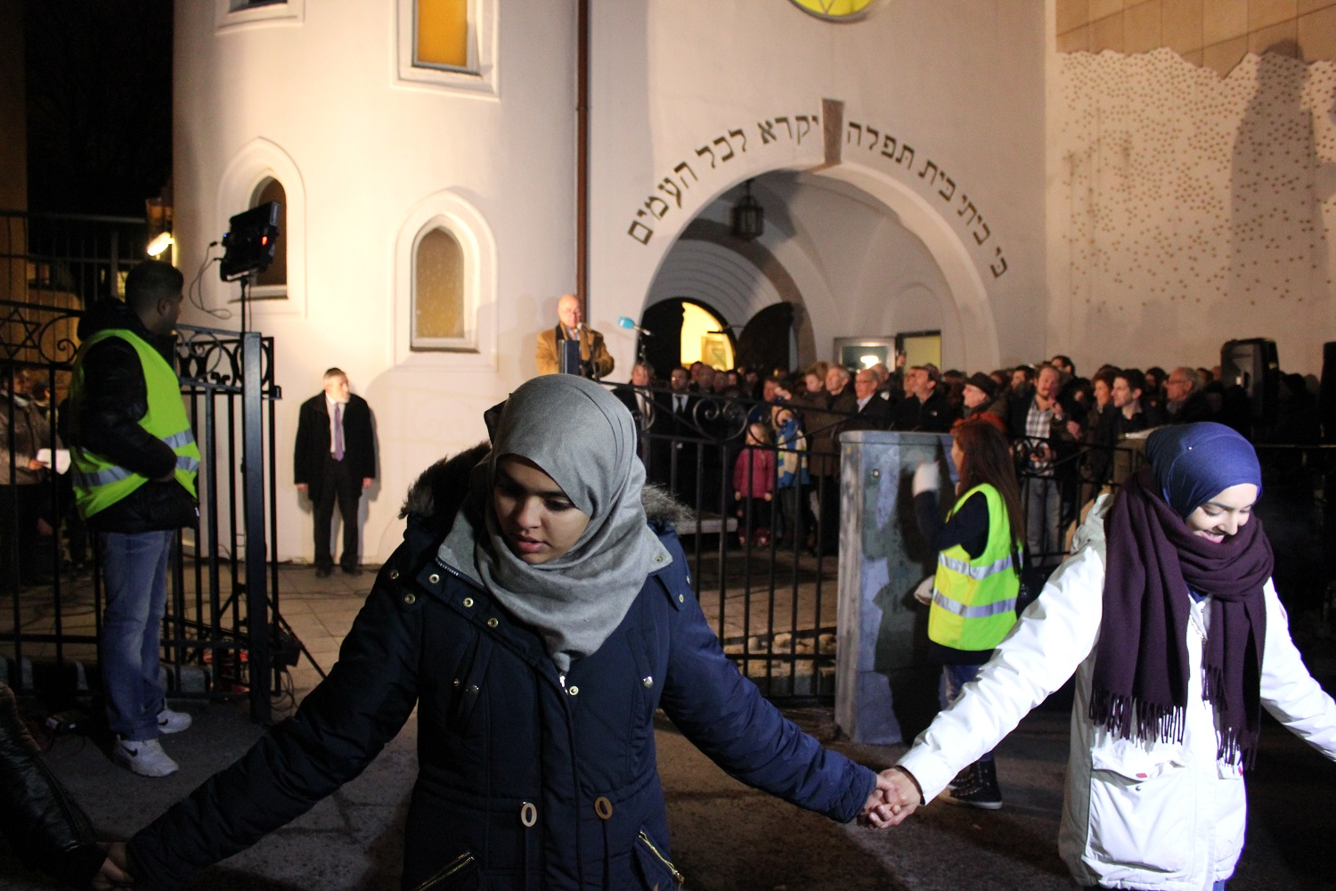 Thousands Formed Peace Ring around Oslo Synagogue