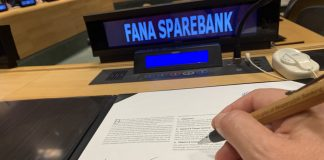 Fana Sparebank director signs UN aggreement.